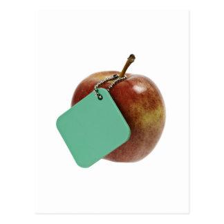 Manzana roja con la etiqueta verde tarjeta postal