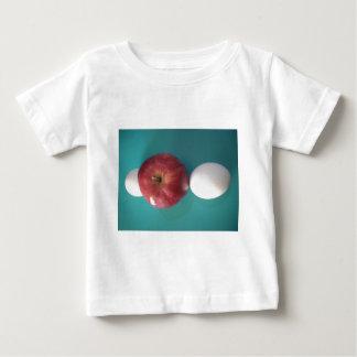 Manzana roja del huevo gemelo para un pie.JPG Playera