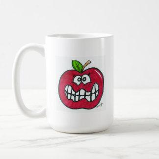 Manzana roja divertida con una mueca tonta taza