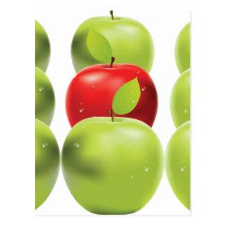 Manzana roja entre manzanas verdes postal