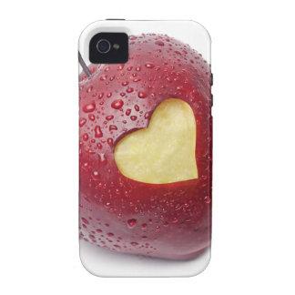 Manzana roja fresca con un símbolo en forma de cor iPhone 4 carcasas