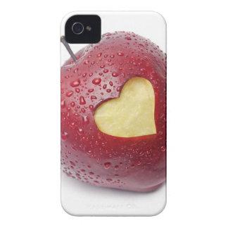 Manzana roja fresca con un símbolo en forma de cor Case-Mate iPhone 4 carcasas