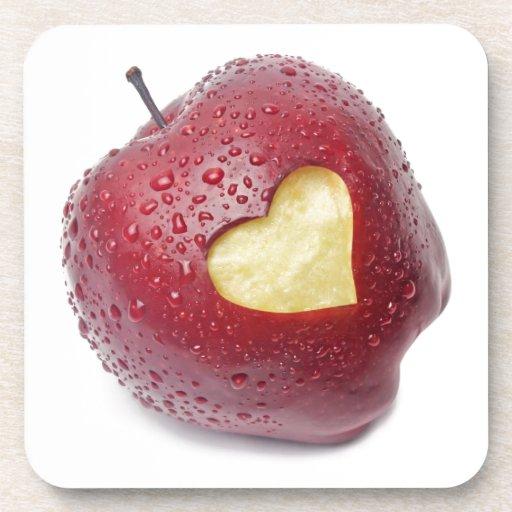 Manzana roja fresca con un símbolo en forma de cor posavasos de bebidas