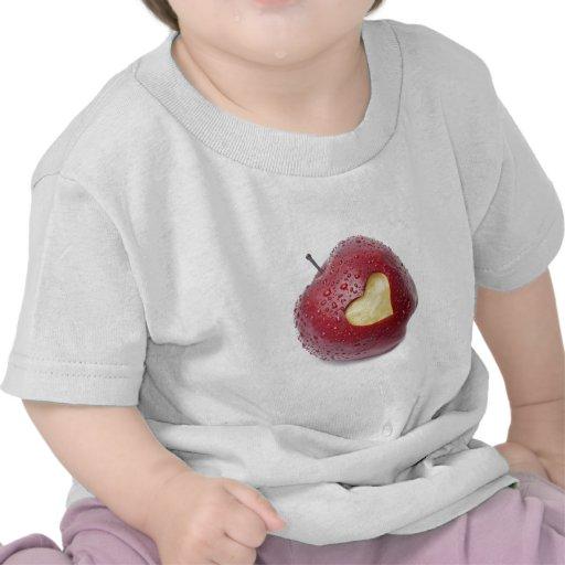Manzana roja fresca con un símbolo en forma de camisetas