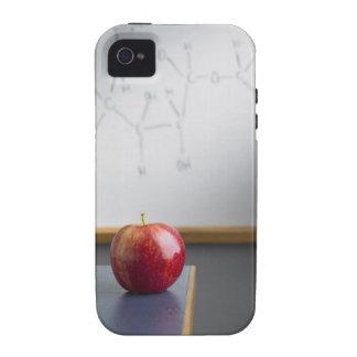 Manzana roja que se sienta en el escritorio de los iPhone 4 funda