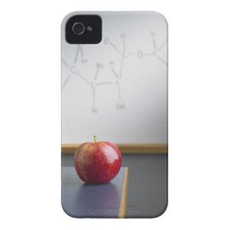 Manzana roja que se sienta en el escritorio de los iPhone 4 Case-Mate protectores