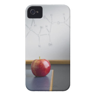 Manzana roja que se sienta en el escritorio de los Case-Mate iPhone 4 cobertura