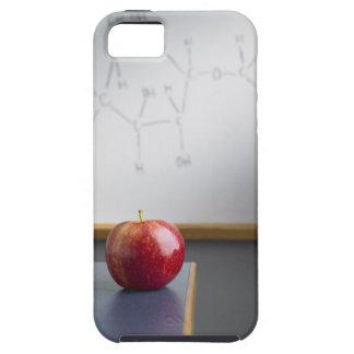 Manzana roja que se sienta en el escritorio de los iPhone 5 Case-Mate protector