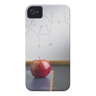 Manzana roja que se sienta en el escritorio de los iPhone 4 Case-Mate carcasa