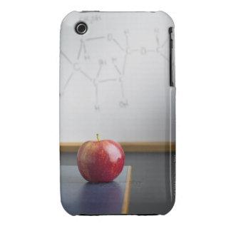 Manzana roja que se sienta en el escritorio de los iPhone 3 Case-Mate carcasa