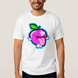 Manzana rosada feliz en la camisa blanca