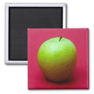 Manzana verde en fondo rojo imán cuadrado