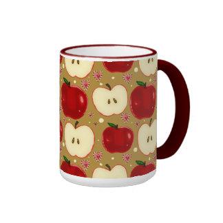 Manzanas cortadas rojo tazas de café