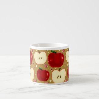Manzanas cortadas rojo tazas espresso