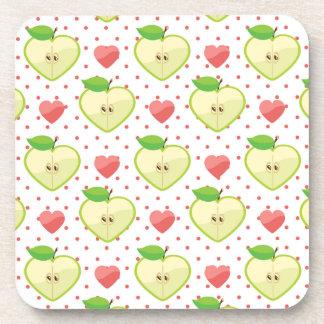 Manzanas del corazón con los lunares y los corazon posavasos de bebidas