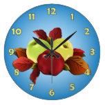 Manzanas del otoño y hojas del Dogwood en azul Reloj De Pared