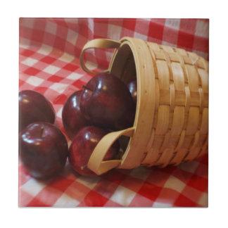 Manzanas del país en un mantel a cuadros azulejo cuadrado pequeño