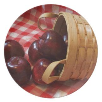 Manzanas del país en un mantel a cuadros plato