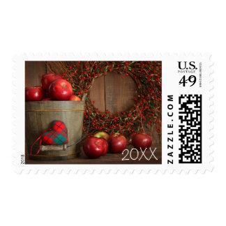 Manzanas en el cubo de madera para la hornada del sello