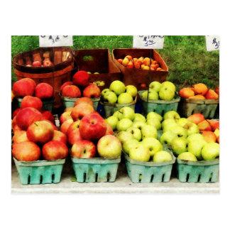 Manzanas en el mercado del granjero tarjetas postales