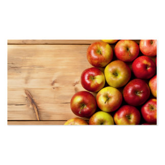 Manzanas en la tabla de madera, fondo de la tarjetas de visita