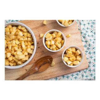 Manzanas en platos de la hornada fotografías