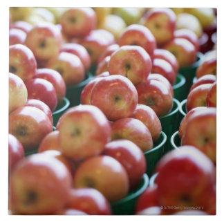 Manzanas en una parada del mercado azulejo cuadrado grande