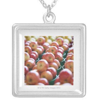 Manzanas en una parada del mercado grímpola