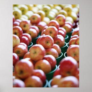 Manzanas en una parada del mercado póster
