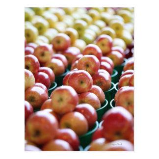 Manzanas en una parada del mercado tarjetas postales