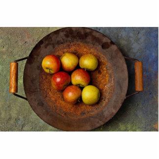 Manzanas jugosas en wok fotoescultura vertical