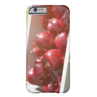 Manzanas recientemente escogidas en bandeja funda para iPhone 6 barely there