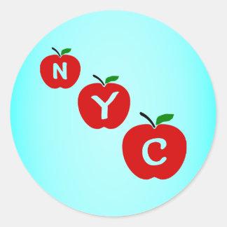Manzanas rojas de NYC tres con el tronco y la hoja Pegatina Redonda