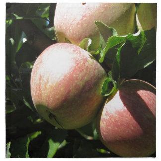 Manzanas rojas en ramas de árbol servilleta de papel