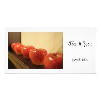 Manzanas rojas en una fila tarjetas personales con fotos