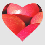 Manzanas rojas maduras pegatina en forma de corazón