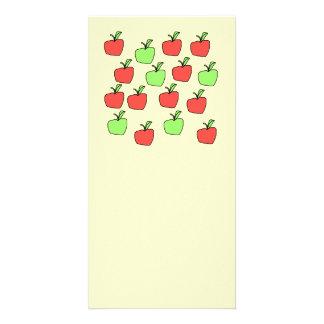 Manzanas rojas y manzanas verdes modelo en la cr tarjeta personal con foto