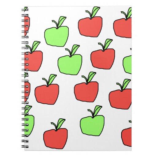 Manzanas rojas y modelo verde de las manzanas libretas espirales