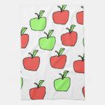 Manzanas rojas y modelo verde de las manzanas toalla