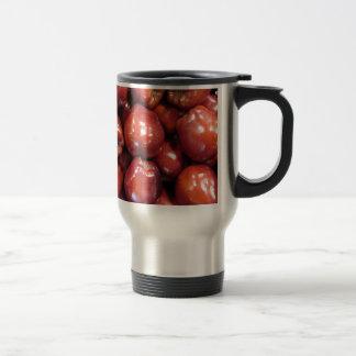 Manzanas rojo oscuro taza de café