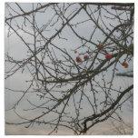 manzanas solas en un árbol servilletas imprimidas