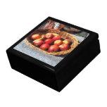 Manzanas y plátanos en cesta caja de regalo
