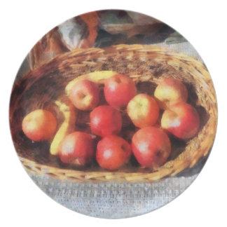 Manzanas y plátanos en cesta platos de comidas