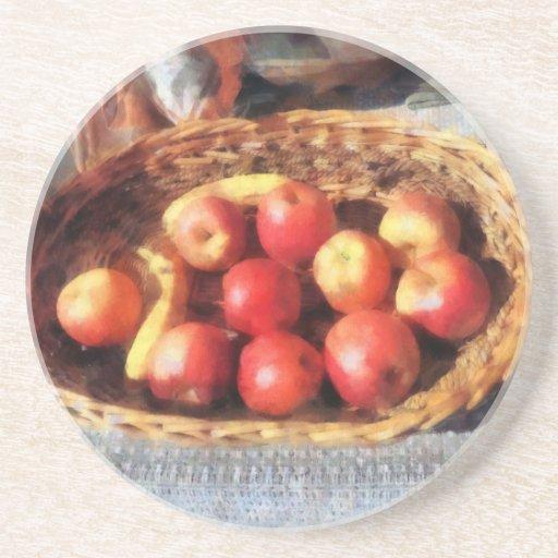 Manzanas y plátanos en cesta posavasos cerveza