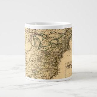 Mapa americano de las colonias del vintage 1777 taza de café gigante