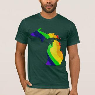 Mapa de Michigan en una camiseta del arco iris