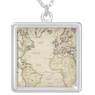 Mapa del mundo collar plateado