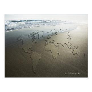 Mapa del mundo en la arena tarjeta postal