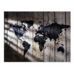 Mapa del mundo en la textura de madera postales