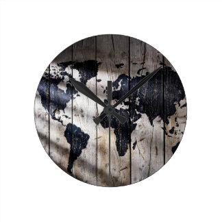 Mapa del mundo en la textura de madera reloj redondo mediano